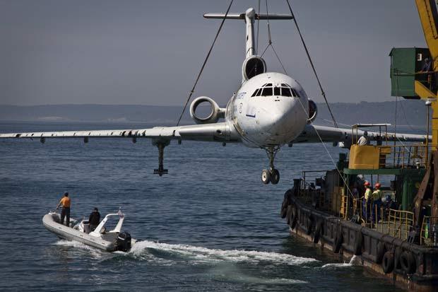 Tupolev de 48 metros se tornará um recife artificial. (Foto: AP)