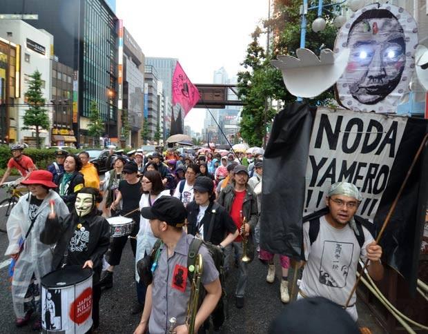 Ativistas protestaram em Tóquio contra a reativação do reator. (Foto: Yoshikazu Tsuno/AFP)