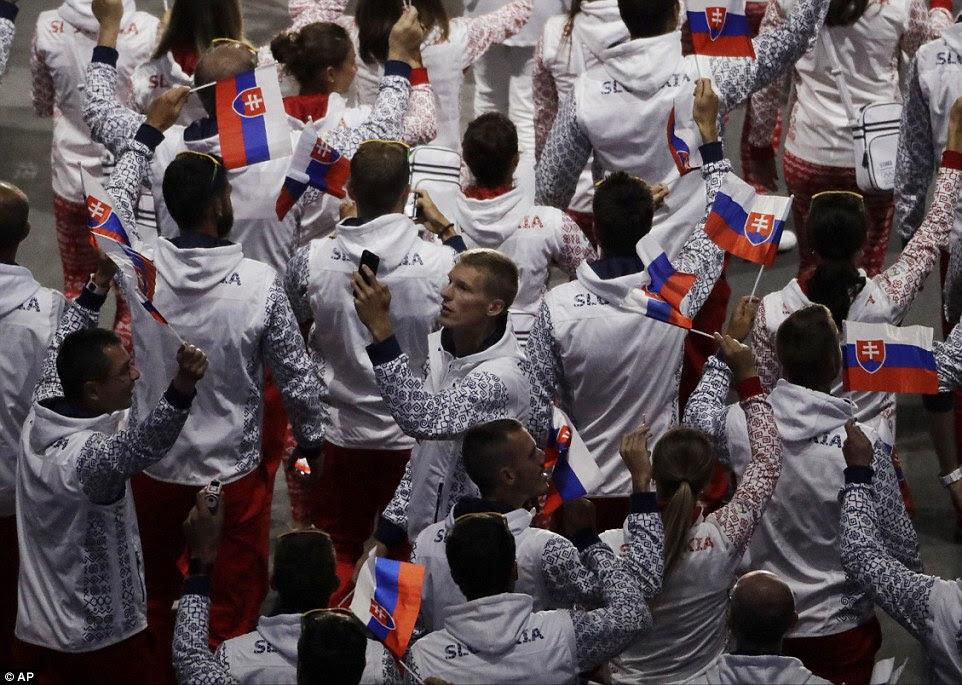 Equipe Eslováquia chega durante a cerimônia de abertura dos Jogos Olímpicos de 2016 no Rio de Janeiro