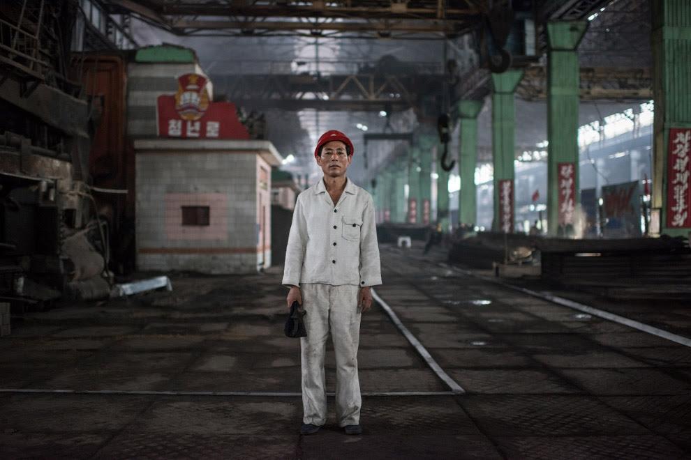 Робочий сталеливарного заводу в білому одязі