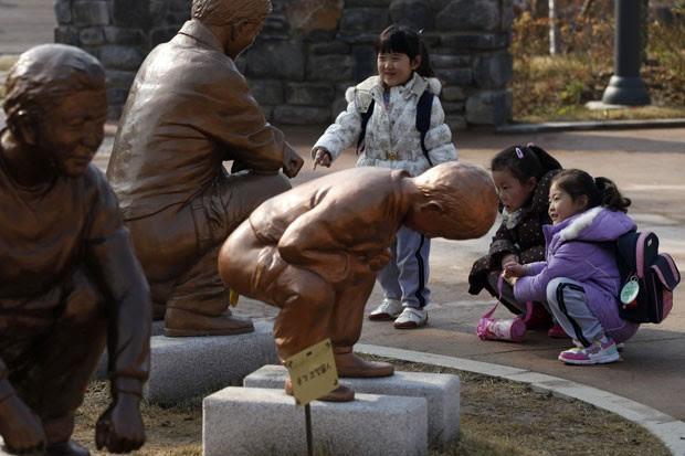 Parque reúne várias estátuas que mostram adultos e crianças defecando. (Foto: Kim Hong-ji/Reuters)