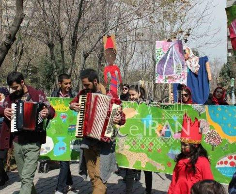 Les musiciens de rue et KHANEH TARAHI KOUDAK (la Maison du dessin des enfants) célèbrent la fête de Hdji Firouz