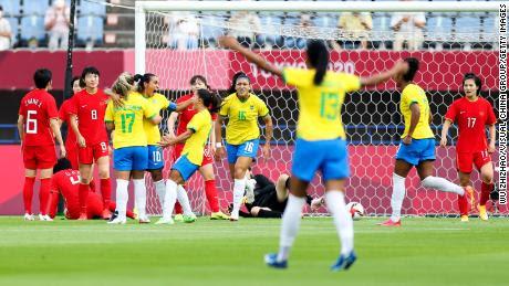 Marta celebra con sus compañeras tras marcar el primer gol de su equipo ante China.
