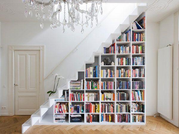 O que tem embaixo da escada da sua casa? Um monde de coisa empilhada? Que tal colocar uma estante para acomodar seus livros e alguns objetos decorativos? Além de dar um charme a mais à sua sala, vc ainda reaproveita um bom espaço.