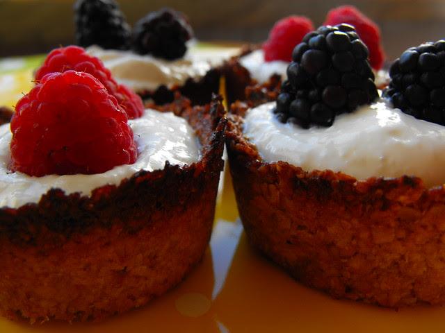 Taças de aveia e coco com iogurte e frutos silvestres