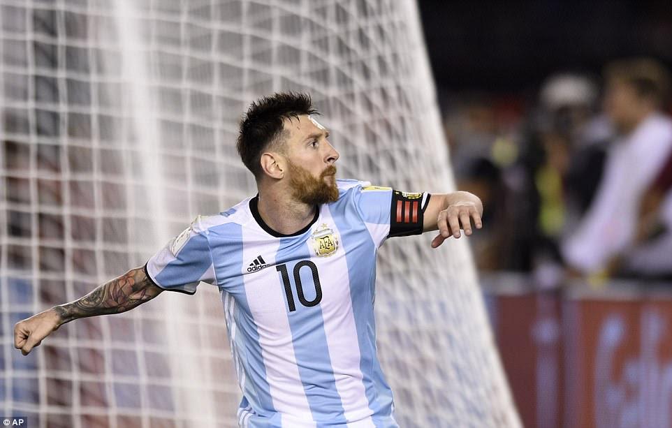 El capitán de Argentina bombea el puño a los aficionados locales al convertir desde el punto de poner a su equipo por delante en Buenos Aires