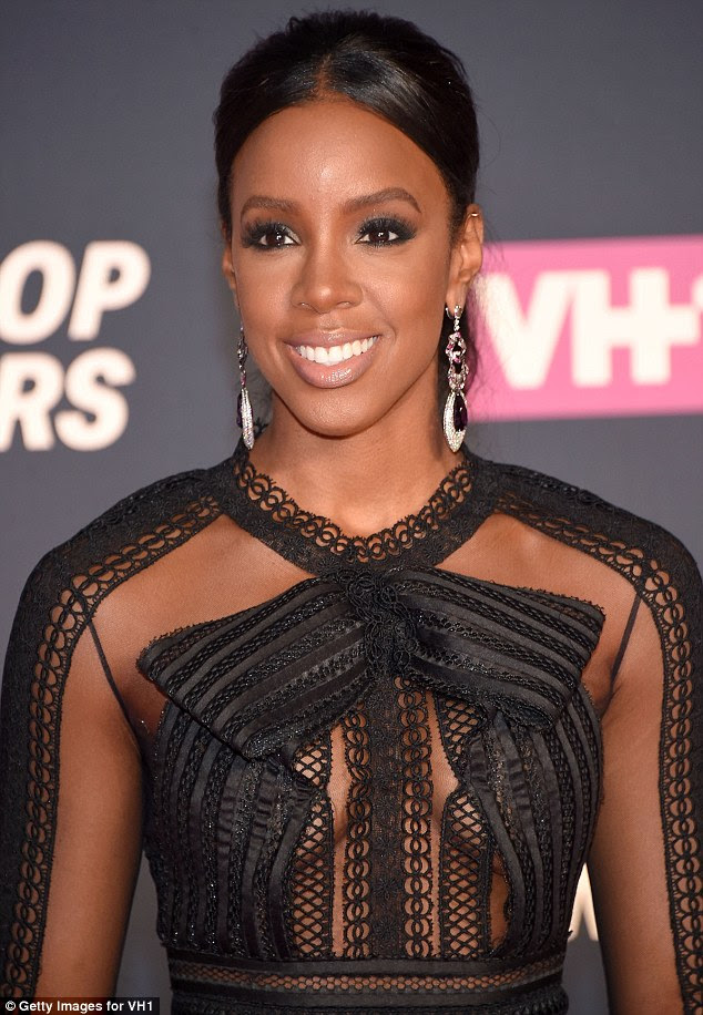 Wow: Kelly sported dark smokey eye makeup and rosy blush, adding nude lipstick and shimmery highlighter on her cheeks