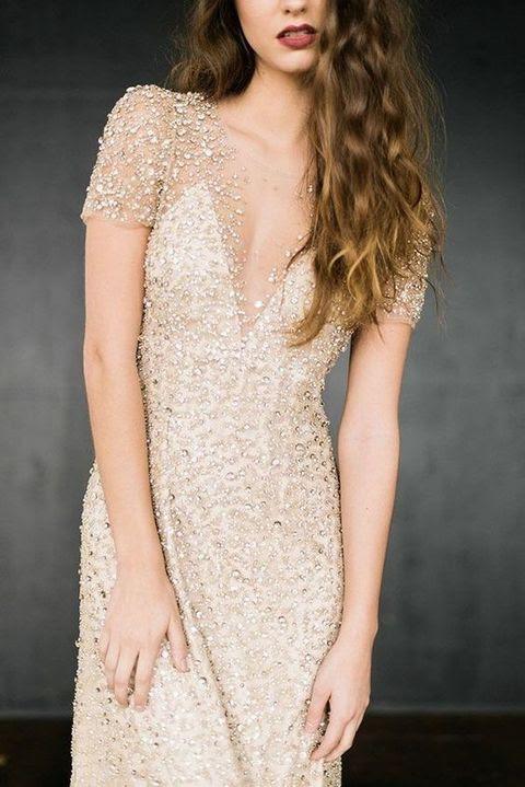 wunderschöne funkelnde Hochzeit Kleid mit tiefem Ausschnitt und kurze ärmel heraus zu stehen