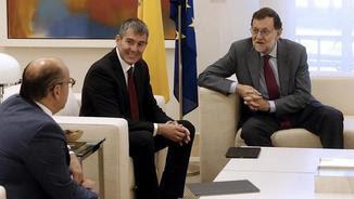 Mariano Rajoy, aquest matí, amb el secretari general de Coalició Canària, José Miguel Barragán, i el president de les Canàries, Fernando Clavijo (al centre) (EFE)