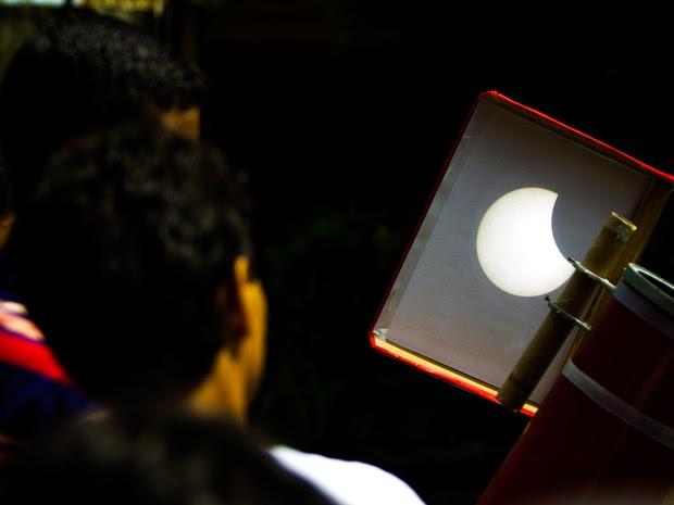 Fenômeno pôde ser visto através de uma projeção em uma folha de papel (Foto: Jonathan Lins/G1)