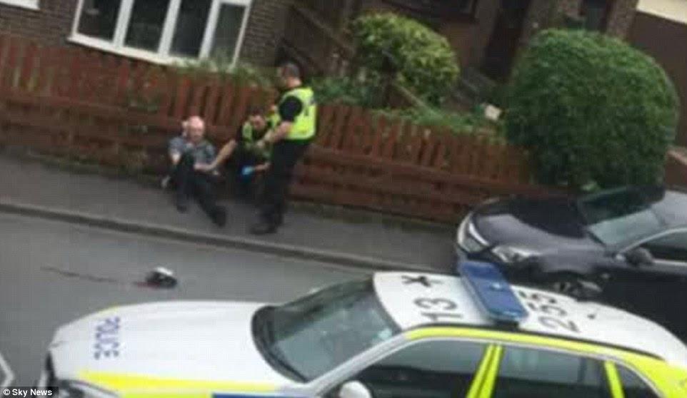 Se sacó una foto del hombre que se cree que son los segundos sospechosos después de que se abordó en el suelo