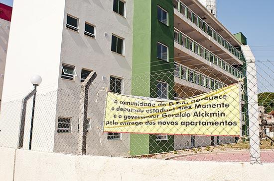 Faixa de agradecimento ao governador afixada em condomínio da CDHU em São Bernardo que foi inaugurado em 10 de dezembro, mas ainda não foi entregue aos moradores