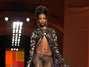O icônico estilista Jean Paul Gaultier fez uma apresentação inspirada da Índia. O esvoaçante conjunto de calça e capa mistura brilho e recortes, com sensualidade e ousadia características do estilista Foto: Getty Images