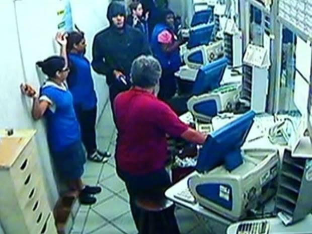 Vídeo mostra ação dos suspeitos na casa lotérica Sortudo, em Resende (Foto: Divulgação/Lotérica Sortudo)