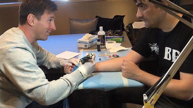 Barcelona Lionel Messi Le Hizo Un Tatuaje A Su Tatuador Deporcom