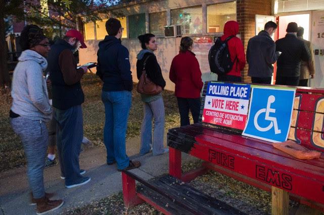 Les Américains ont pu commencer à voter dès... (AFP)