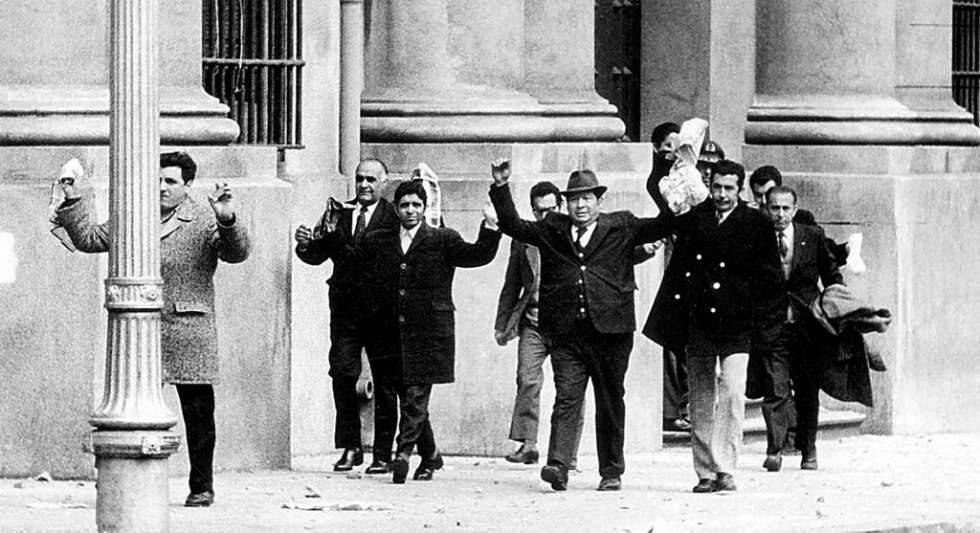 Empleados de la Moneda abandonan el palacio presidencial tras el golpe militar de Augusto Pinochet en 1973.