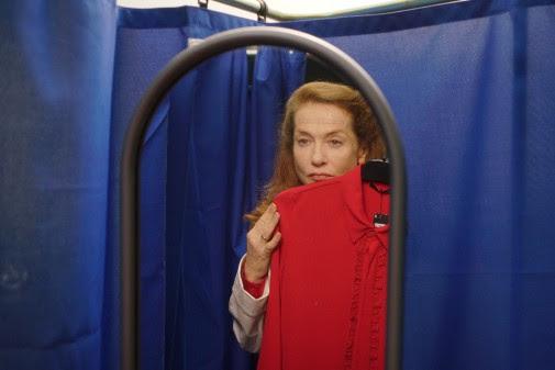 MADAME HYDE: premières images de la comédie avec Isabelle Huppert sélectionnée à Locarno