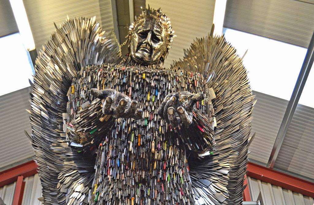 Anjo das Facas - uma escultura feita de 100.000 facas confiscadas pela polícia 01