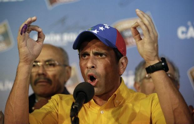 O candidato da oposição, Henrique Capriles, conversa com jornalistas durante entrevista coletiva realizada após a divulgação dos resultados da eleição presidencial na Venezuela (Foto: Fernando Llano/AP)
