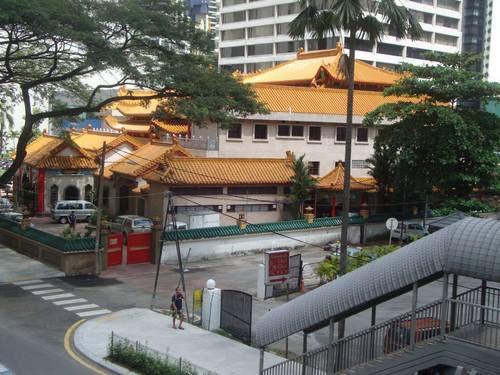 Пешеходният надлез към храма