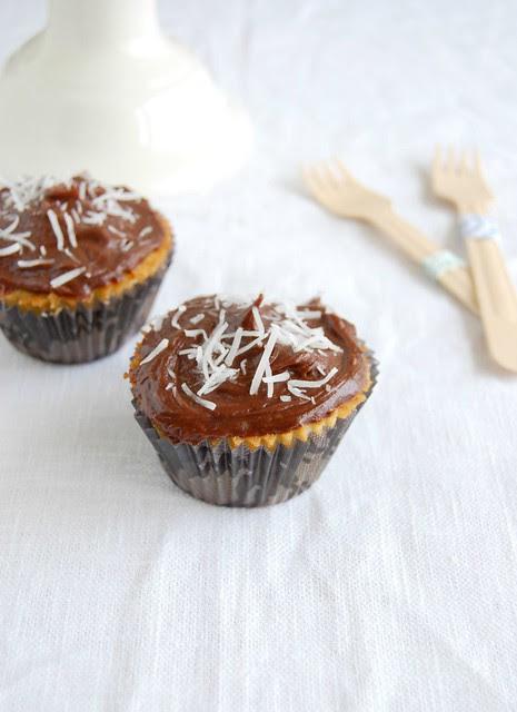Coconut cupcakes with chocolate frosting / Cupcakes de coco com cobertura de chocolate