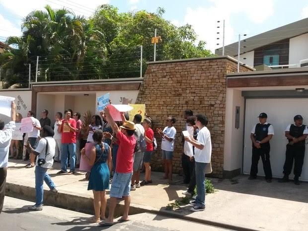 Professores e estudantes em frente à casa do reitor da UFMA, Natalino Salgado (Foto: Douglas Pinto/TV Mirante )