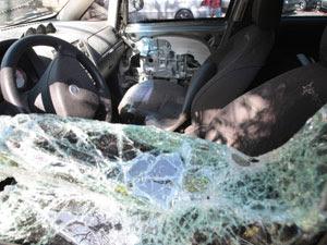 Carro da juíza Patrícia Lourival Acioli, assassinada no início da madrugada desta sexta-feira (Foto: Bruno Gonzalez / Agência O Globo)