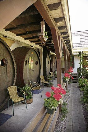 Hotel_Rooms_from_Wine_Barrels_6