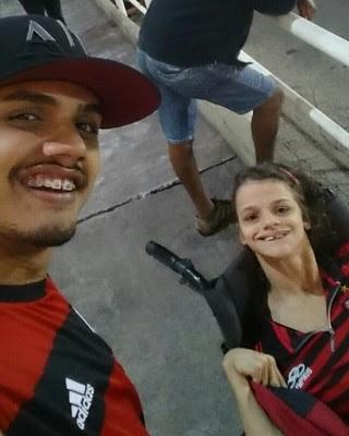 Pollyana e o irmão fazem selfie no Raulino (Foto: Arquivo pessoal)