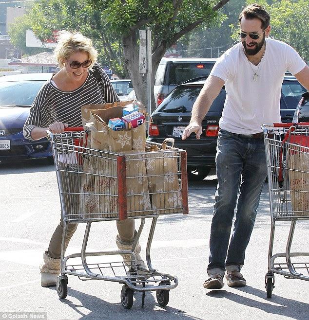 Totalmente carregado: Katherine Heigl mal conseguiu roda seu carrinho logo após estocando suprimentos de Ação de Graças no supermercado em Los Feliz, Califórnia, hoje