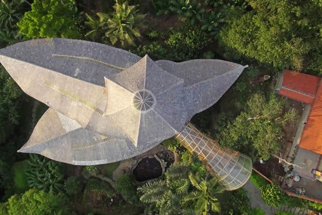 Deixou uma carreira bem sucedida para construir casas sustentáveis de bambú em Bali 12