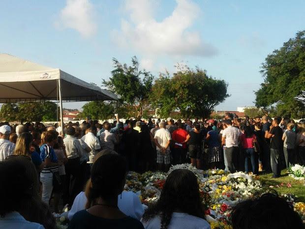Familiares, amigos e admiradores participam do sepultamento do deputado federal João Castelo (Foto: Magno Maia/Mirante AM)