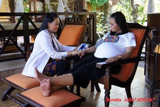prosedur rutin yang merupakan bagian dari setiap kunjungan antenatal setelah sekitar  Yuk Pahami Perubahan Bentuk Tubuh dan Mulai Dengarkan Bayi Anda!