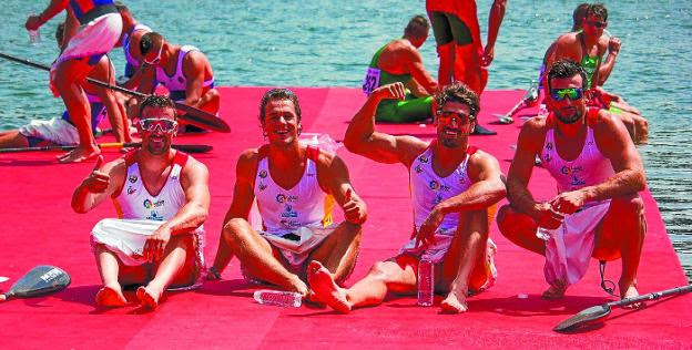 Aitor Gorrotxategi, segundo por la izquierda, feliz con sus compañeros del K-4 tras acabar la regata./