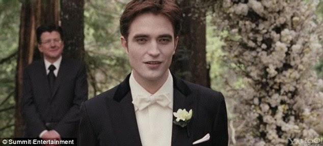 Πιο ευτυχισμένη μέρα: Edward δεν μπορεί να κρύψει τη χαρά του, καθώς παρακολουθεί τη νύφη του με τα πόδια κάτω από το διάδρομο