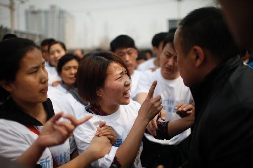 Parentes de vítimas do voo MH370 protestam nas proximidades da embaixada da Malásia em Pequim. Foto: AFP Photo