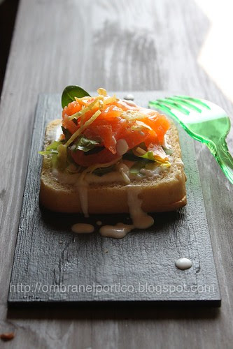 Snack con salmone e salsa joghurt
