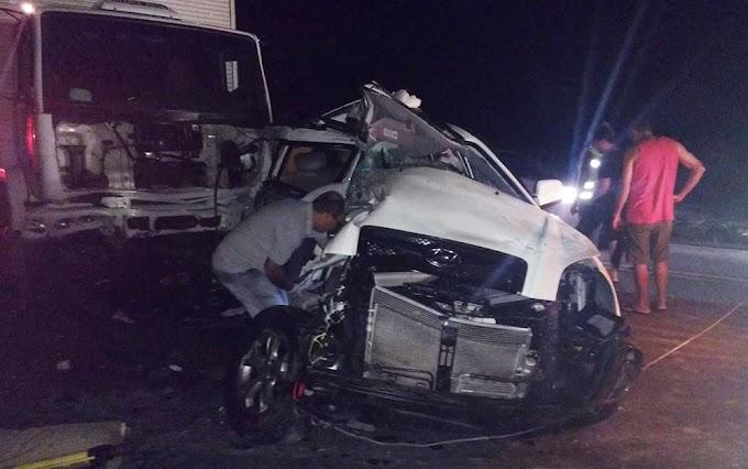 Mulher morre e marido fica ferido após carro ser atingido por caçamba e bater em caminhão na BR-116