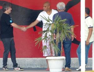 Adriano e ex-vice de futebol Paulo Cesar Coutinho, Flamengo (Foto: Vicente Seda / Globoesporte.com)