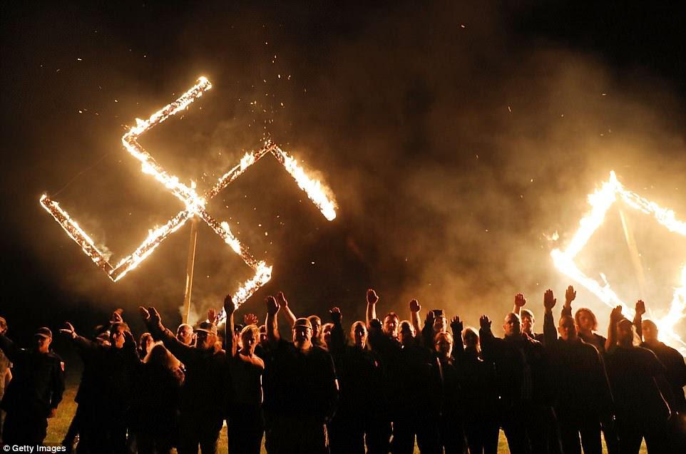 Los miembros del Movimiento Nacional Socialista, uno de los grupos neonazis más grandes de los EE. UU., Se reunieron en un campo para encender las cruces gamadas de madera en una ceremonia el sábado por la noche que recuerda actos similares de otros grupos supremacistas blancos como el Ku Klux Klan
