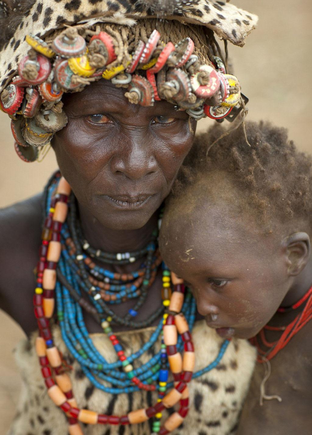 Tribo etíope recicla descartes do mundo moderno em acessórios de moda 04