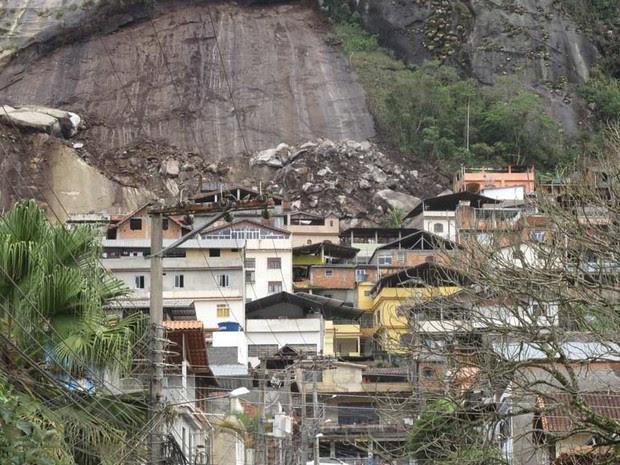 Moradores do bairro Três Irmãos, em Friburgo, teme novos deslizamentos (Foto: Tássia Thum / G1)