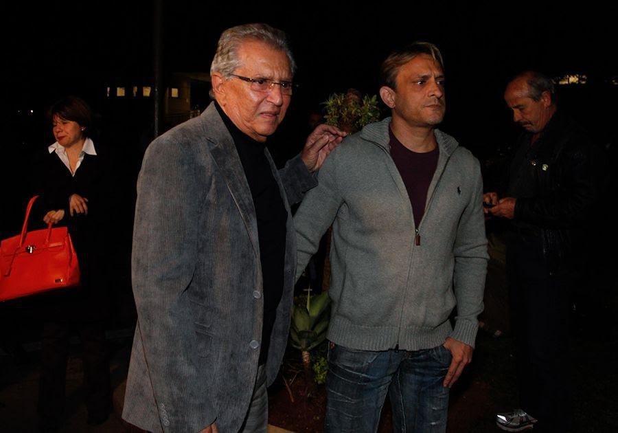 Carlos Alberto de Nóbrega e seu filho chegam ao velório / Thais Aline e Danilo Carvalho / AgNews