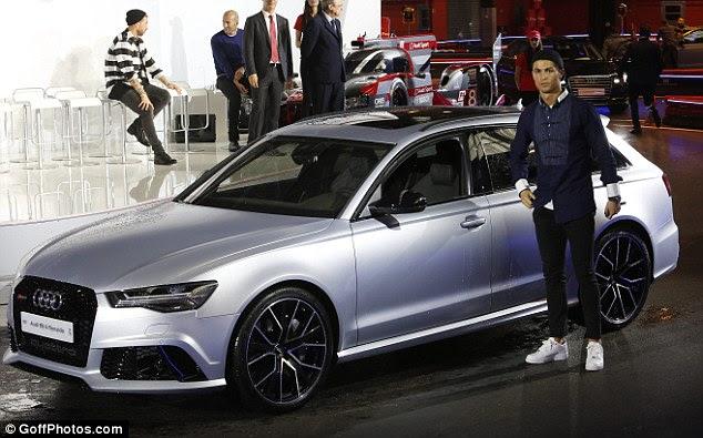 Ronaldo posa para las cámaras mientras se prepara para tomar su nuevo coche para dar una vuelta en el evento