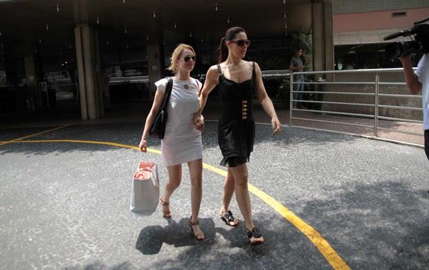 Mariana Ximenes e Claudia Raia visitam Gianecchini no hospital (Foto: Orlando Oliveira / AgNews)