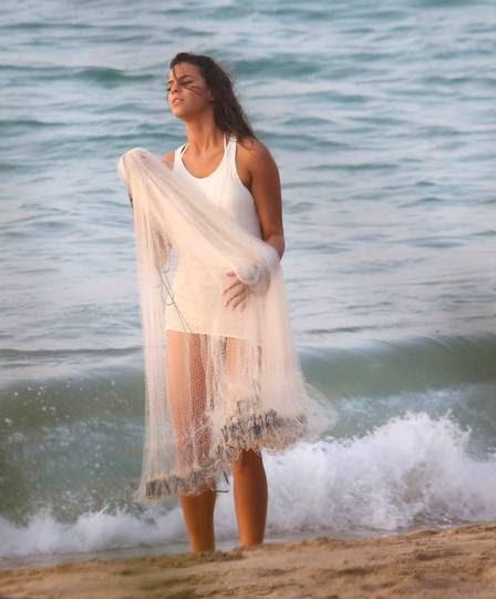 Bruna Marquezine posa ensaio sensual em Fernando de Noronha