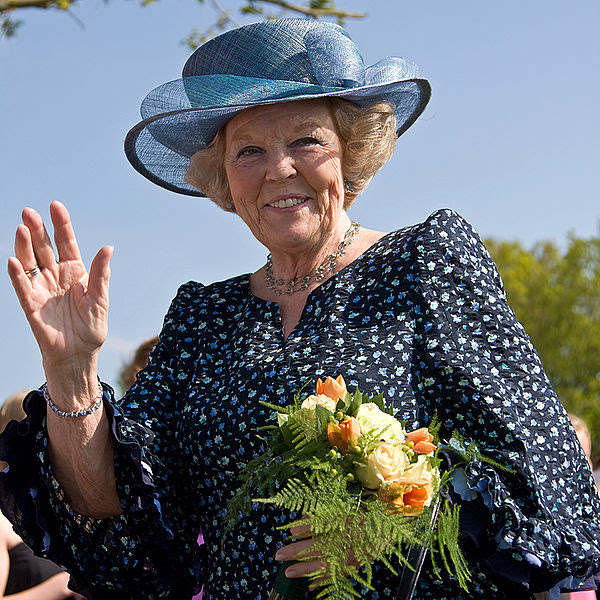 Archivo: Koningin Beatrix en Vries.jpg