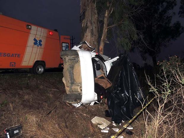 Motorista do carro onde estavam as vítimas perdeu o controle da direção e bateu contra uma árvore (Foto: Elio Kogut/Rádio Najuá)