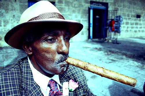 Cubano fumando su puro